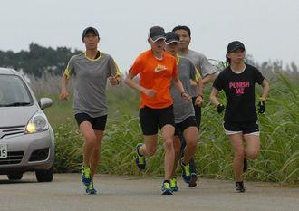 宮古島市で合宿を行っている三井住友海上女子陸上競技部(2012年)