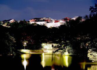 ライトアップした首里城公園。正殿などは火災で焼失したが、再建に向けた取り組みが始まっている=27日、那覇市(下地広也撮影)