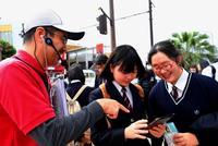 「米国の雰囲気ある」地図アプリ手にコザの街歩き 静岡の高校生