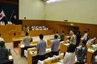 米軍F15墜落の原因究明を 沖縄市議会、抗議決議と意見書を可決