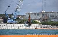 辺野古新基地:K4護岸で砕石投入 トラック207台が石材搬入