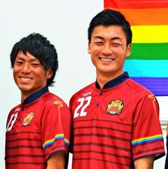 左袖にレインボーカラーをデザインした新ユニホームを披露するFC琉球の濱田克大(左)と瀧澤修平=2月12日、なは市民協働プラザ