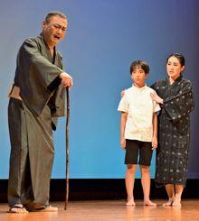 対馬丸で孫の大嶺幸太郎が亡くなり嘆く祖父の幸仁(左)。生き残り沖縄に戻った玉城武志(中央)を叱責(しっせき)する
