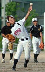高校の野球部時代、男子部員に交じって練習する竹紫春翔さん=2007年6月、豊見城高校グラウンド
