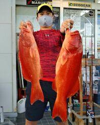 奥間沖で53.1センチ、1.85キロのアカジンを釣った石川清二郎さん=10月4日