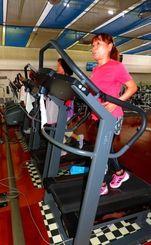 トレーニングジムのマシンで汗を流す利用者=浦添市沢岻・スポーツパレスジスタス浦添