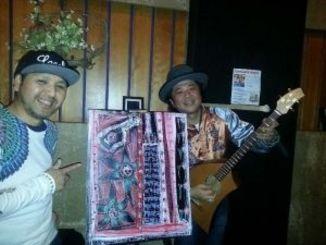 歌と絵の共演でパフォーマンスを披露したビギンの島袋さん(右)と大城さん=米ニューヨークの居酒屋RO-NIN