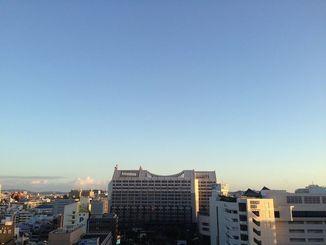 沖縄本島地方は高気圧に覆われて晴れている。「立冬」の8日、那覇市では午後3時過ぎに最高気温29.7度を記録した