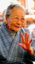 「体中、痛いところだらけ」という平良敏子さんだが、93歳と思えない速さで芭蕉布会館内を歩いた=大宜味村喜如嘉