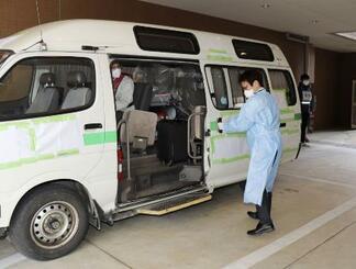 感染者をホテルへ誘導する際の手順を確認する作業=2020年4月