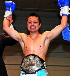 日本スーパーフライ級新王者となった久高寛之選手。45戦目にして初のベルトを巻き、うれし涙を流した=4月14日、エディオンアリーナ大阪