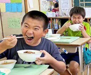 牛丼をほおばる渡嘉敷小学校の児童たち=10月29日、渡嘉敷村・同小