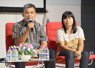 タイ北部チェンマイの講演会に出席したアノーチャーさんのおいのバンジョンさん(左)とめいのウライさん=21日(共同)