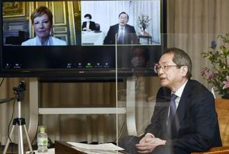 ウェブ会議システムを使ってフランス破棄院のシャンタル・アランス院長(画面左)と会談する大谷直人最高裁長官=11日午後、最高裁