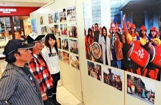 喜納昌吉さんの音楽活動を振り返る写真展=31日、那覇市久茂地・タイムスビル1階エントランス