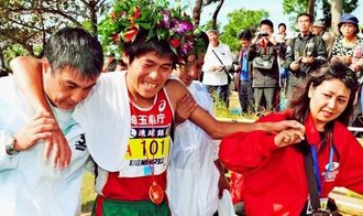 大会新記録でゴール後、力を使い切り、肩を抱えられる川内優輝選手