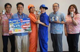 キャンペーンをPRする知念兄弟(中央)とキリンビールマーケティング沖縄支社の阪本浩二朗支社長(右から2人目)ら=7日、沖縄タイムス社