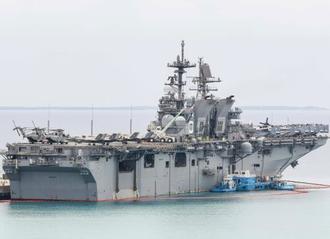ホワイトビーチに接岸した強襲揚陸艦「アメリカ」=6日、うるま市(読者提供)