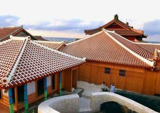 報道陣に公開された奥書院(手前左)、黄金御殿(中央)の外観=17日、那覇市の首里城公園