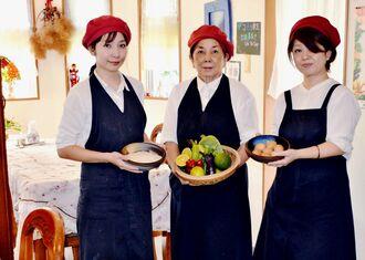 店主の當山初枝さん(中央)と娘の糸数麻衣子さん(左)、スタッフの宜志富れい子さん(右)=10月29日、恩納村