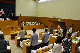 米軍嘉手納基地所属F15戦闘機の抗議決議案を全会一致で可決する沖縄市議会=18日午前10時25分ごろ、沖縄市議会