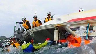臨時制限区域内で海上保安官が乗り移った際に転覆した抗議船=28日午前11時半ごろ、名護市辺野古沖(鈴木桃美子さん提供)