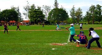 秋の忙しい合間にソフトボールで懇親を深めたコロニア沖縄のメンバーら