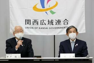 関西広域連合長に選出され、記者会見する仁坂吉伸和歌山県知事(右)と現連合長の井戸敏三兵庫県知事=25日午後、大阪市