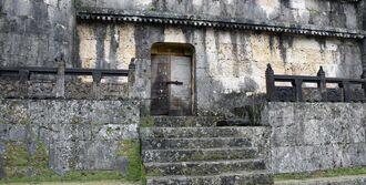 かんぬきが腐食し破損した東室の扉=那覇市首里金城町