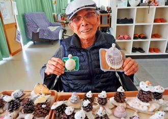 90の手習いで貝殻細工を始めた池原直吉さん=10日、東村慶佐次の小規模多機能ホーム「あがり」