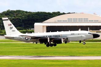 北朝鮮の弾道ミサイル発射を警戒する任務を終えて米軍嘉手納基地に戻る電子偵察機RC135S(コブラボール)=4日午後1時42分、米軍嘉手納基地(読者提供)
