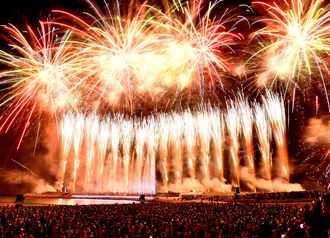 安室奈美恵さんの引退日、県内過去最大の花火が盛大に打ち上げられた=9月16日、宜野湾海浜公園トロピカルビーチ