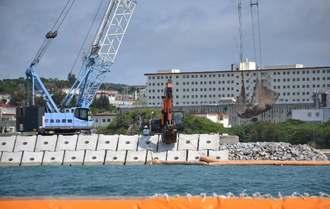 新基地建設に向け、砕石投入の作業が進む「K4」護岸=23日午前10時ごろ、名護市辺野古沖