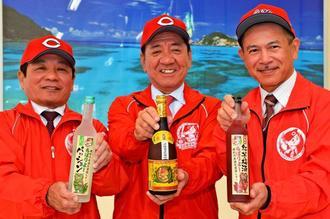 新里酒造が限定販売する「広島東洋カープ泡盛応援ボトル」をPRする(右から)新里代表、桑江朝千夫市長、カープ沖縄協力会の宮里敏行会長