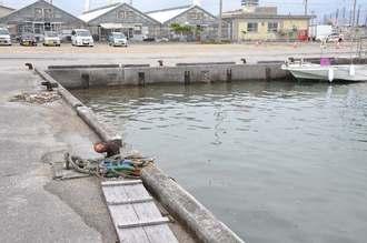 男性が転落した現場=18日、浦添市牧港・牧港漁港