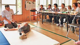 睡眠の姿勢や寝具の選び方などについて学ぶ参加者たち=八重瀬町安里(提供)