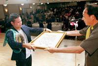 家族も感激 比嘉大吾選手に沖縄タイムス特別スポーツ賞贈呈