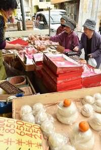 きょう旧正月 大みそかで市場に活気 沖縄・糸満