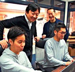 メンバーと意見を交わす豊里代表(手前左)=沖縄市中央