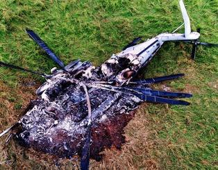 牧草地で炎上し、大破した大型輸送ヘリCHE=12日午後、東村高江(小型無人機から)