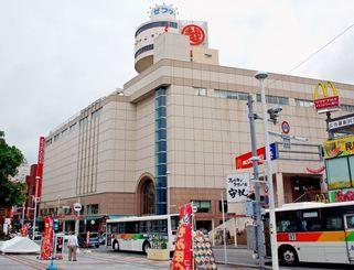国際通りの中心にある老舗百貨店の沖縄三越=那覇市牧志