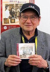 親子ラジオの音源を収録したCDを宣伝する備瀬善勝さん=沖縄タイムス中部支社