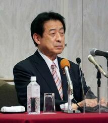 記者会見で引退する意向を表明した自民党の塩崎恭久元厚労相=19日午後、松山市