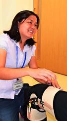 研修で膝関節の装具について学ぶ岸本シモネちえみさん=25日、金武町金武・佐喜眞義肢本社