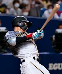9回阪神1死三塁、木浪が勝ち越しの左犠飛を放つ=バンテリンドーム
