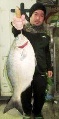 久高島で51・5センチ、3・07キロのイスズミを釣った仲程久倫さん=15日