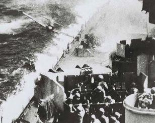 米軍の艦船に体当たりしようとする日本軍の特攻機
