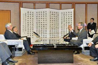 会談をする翁長雄志知事(右)と中谷元・防衛相=9日午前11時22分、県庁