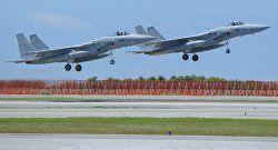 離陸するF15=2014年9月17日、航空自衛隊那覇基地(資料写真)
