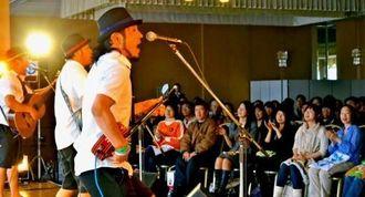 誘客イベント「沖縄3島ライブ」で会場を盛り上げたきいやま商店のステージ=東京都の羽田空港